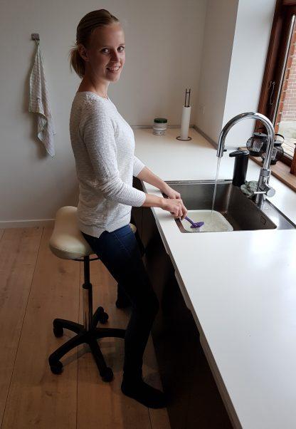 Ståstøttestol til hjælp i køkkenet