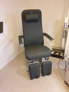 ombetrukket patientstol grå